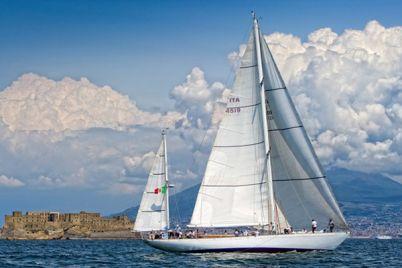 Velalonga-2015-regata-con-200-vele-nel-golfo-di-Napoli.jpg
