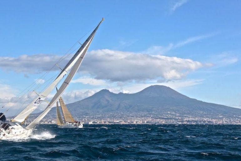 Velalonga-2017-per-Telethon-200-vele-nel-golfo-di-Napoli.jpg