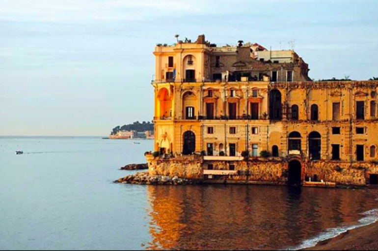 Visita straordinaria a palazzo donn anna a napoli sul for Foto di case strane