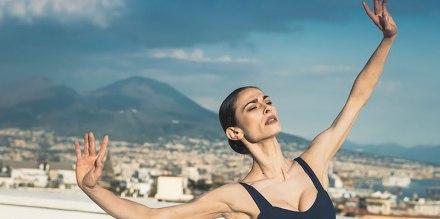 La ballerina solista del San Carlo balla sul tetto del Museo Nitsch a Napoli: il video
