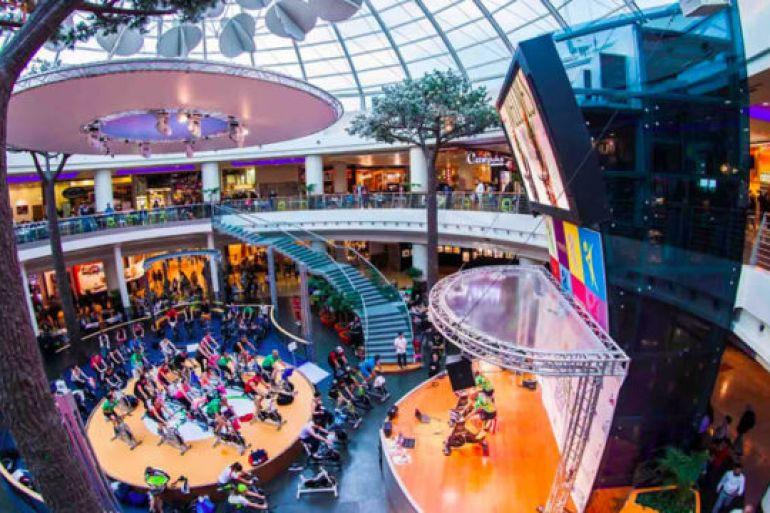 Concerti e cabaret gratuiti al centro commerciale campania for Centro commerciale campania negozi arredamento